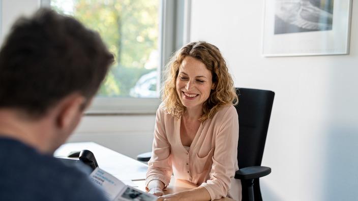 Kundenberaterin im Gespräch mit einem Versicherten