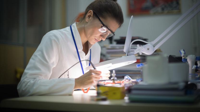 Zahntechnikerin arbeitet an einem Implantat