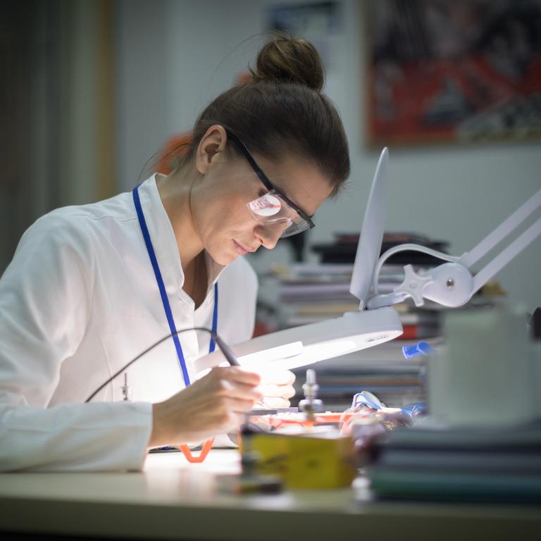 Zahntechnikerin arbeitet an einer Prothese