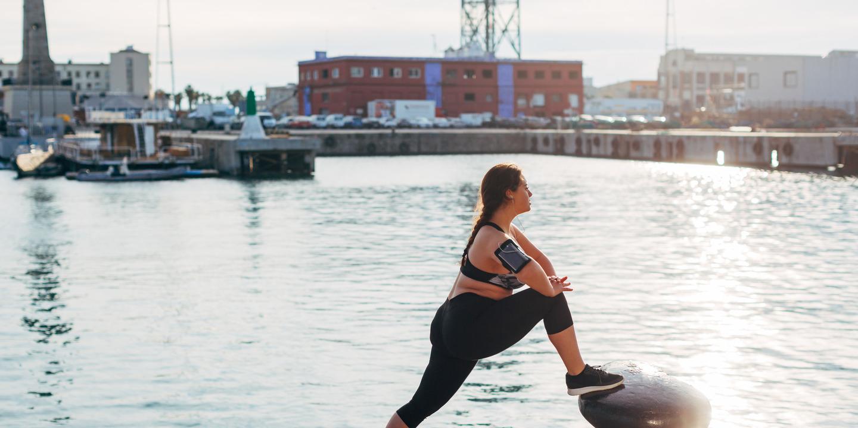 übergewichtige Teenagerin dehnt ihre Oberschenkelrückseite nach dem Joggen