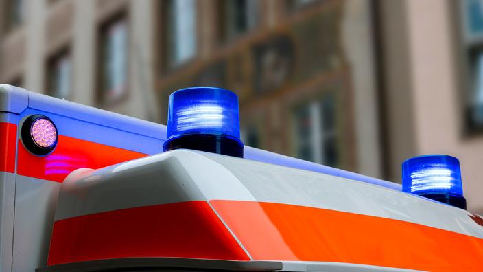 Blaulichter leuchten auf dem Dach eines Krankenwagens