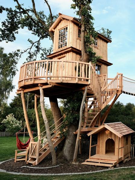 luxuriöses Baumhaus mit Hängebrücke