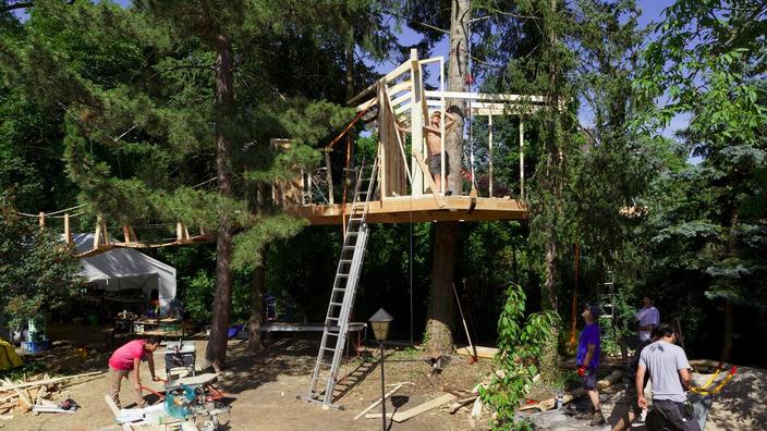 der Rahmen für die Seitenwände wird am Baumhausboden befestigt
