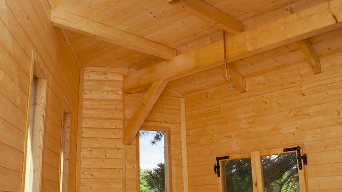 im Baumhausinneren sorgen verschieden große Fenster in Dach und Wänden für Licht