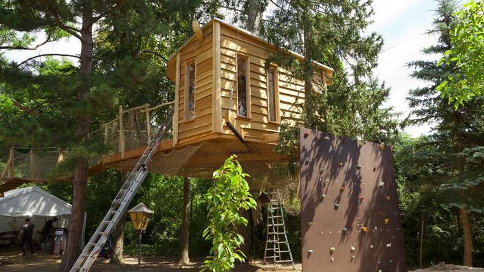 Baumhaus mit verschiedenen Zugängen über Leiter, Seil oder Kletterwand