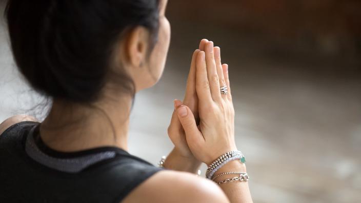 junge Frau entspannt mit Hilfe einer Meditationsübung