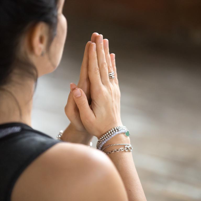 Frau macht eine Yoga-Pose