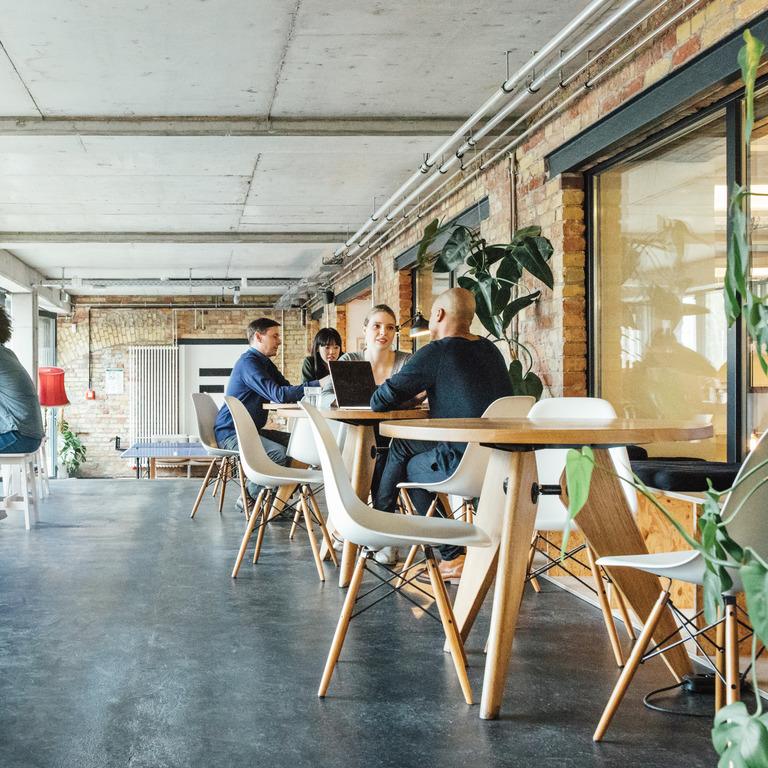Mitarbeiter sitzen im Pausenraum eines Unternehmens