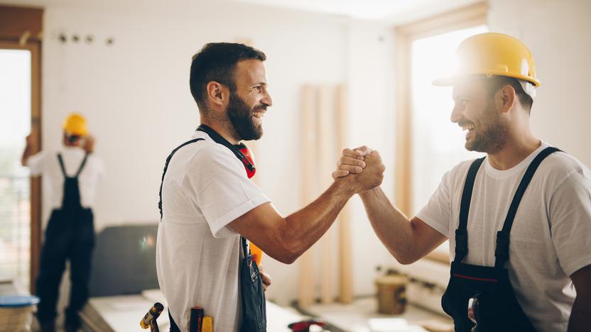 zwei Kollegen reichen sich zur Begrüßung lässig die Hand