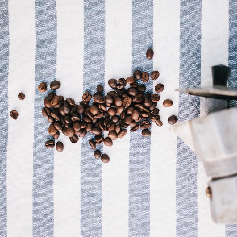 Espressobohnen und eine Espressokanne