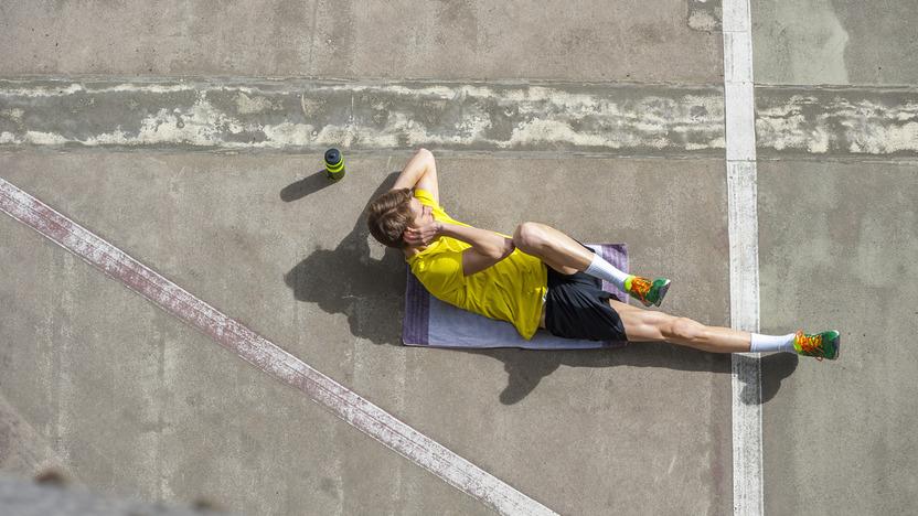 Sportler trainiert seine Bauchmuskeln