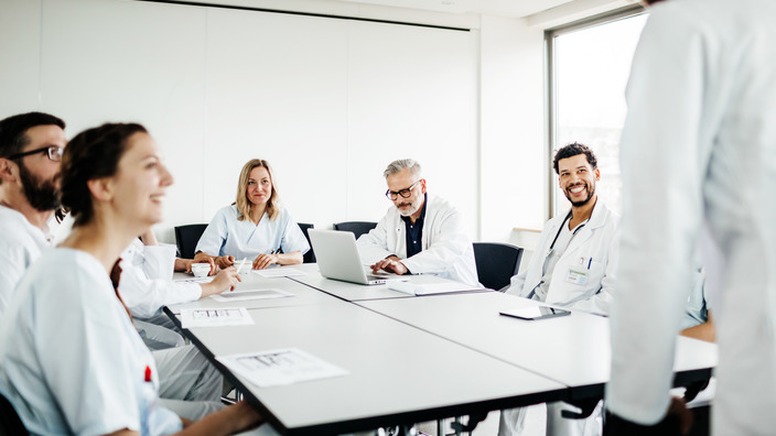 Gruppe von Ärzten sitzt im Besprechungsraum