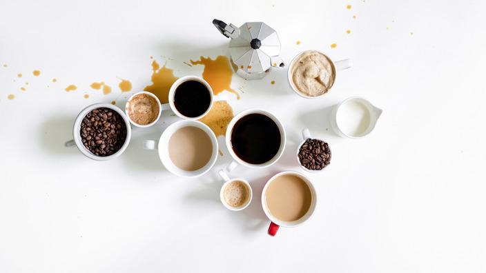 Blick von oben auf unterschiedliche Kaffeespezialitäten