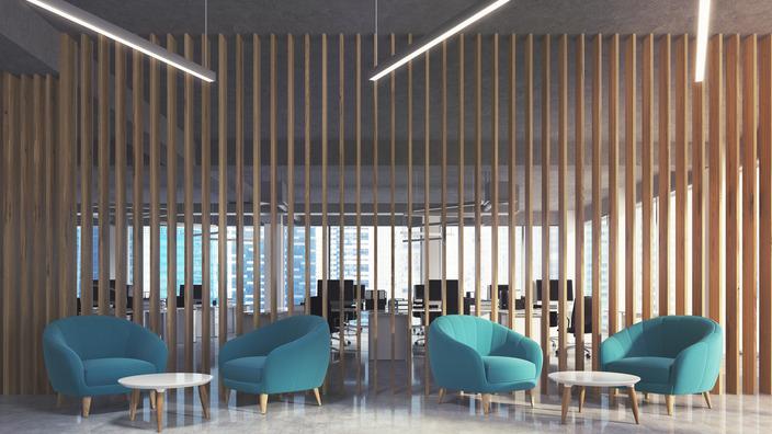 mit Lamellen unterteilter Pausenraum mit Lounge-Möbeln