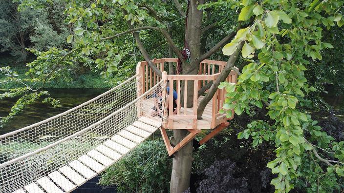 die Hängebrücke wird mit einem Netz an beiden Seiten gangsicher gemacht