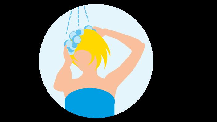 Frau wäscht ihre Haare unter der Dusche