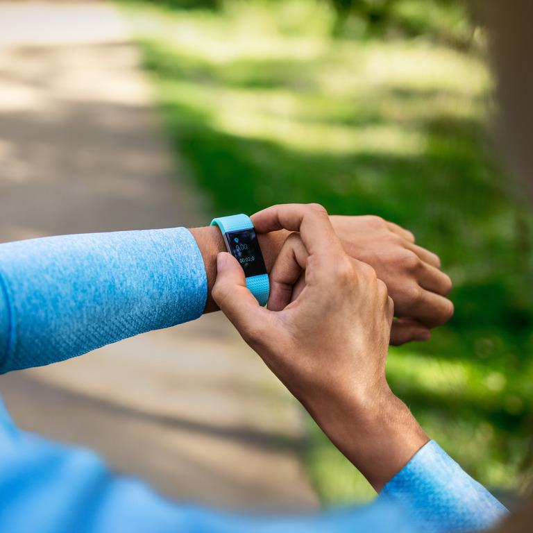 Läuferin checkt ihre Smartwatch