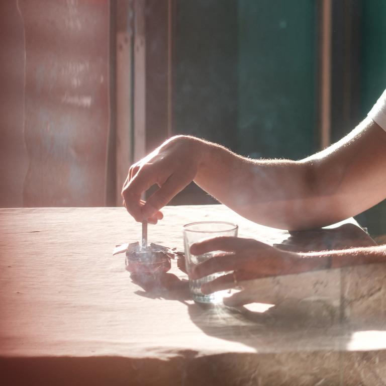 Raucher drückt Zigarette in einem Aschenbecher aus