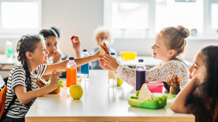 Gruppe von Grundschulkindern bei der Frühstückspause