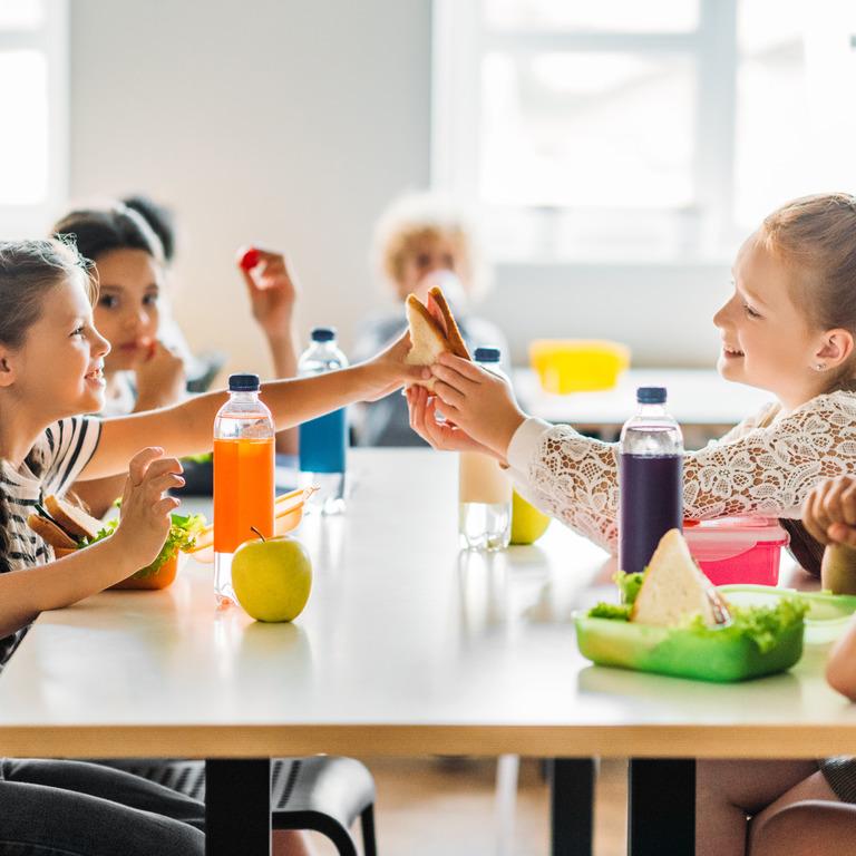 Gruppe von Grundschülern während der Frühstückspause