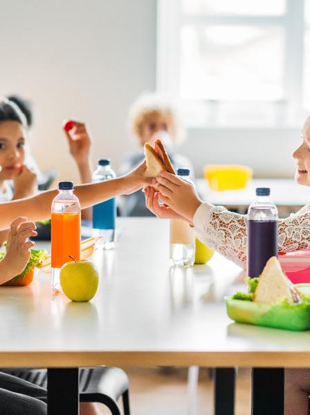 Grundschüler bei der gemeinsamen Frühstückspause