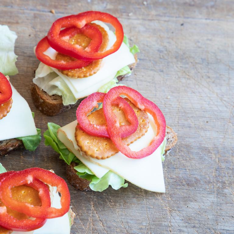 Kleine Brote mit Käse, Salat und Paprika
