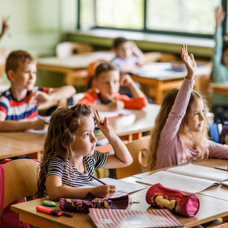 Gruppe von Erstklässlern während einer Schulstunde im Klassenzimmer