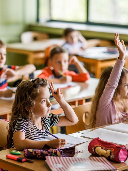 Gruppe von Erstklässlern während einer Schulstunde