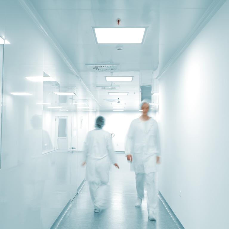 Ärzte auf dem Flur eines Krankenhauses