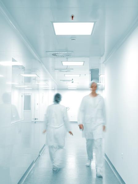 Krankenhauspersonal läuft über einen Krankenhausflur
