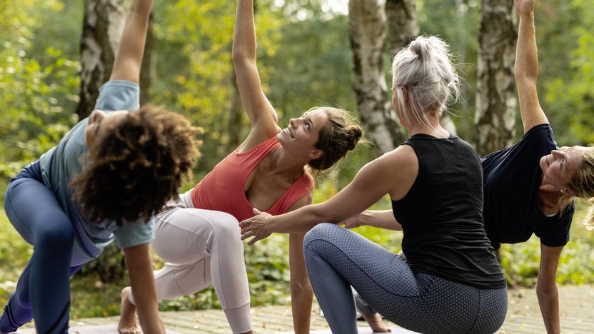 Frauen mit Trainerin beim Yoga