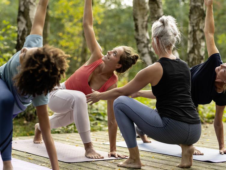 Frauen entspannen mit Yoga