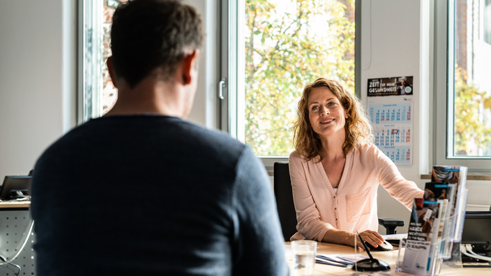 IKK-Kundenberaterin im Gespräch mit einem Kunden