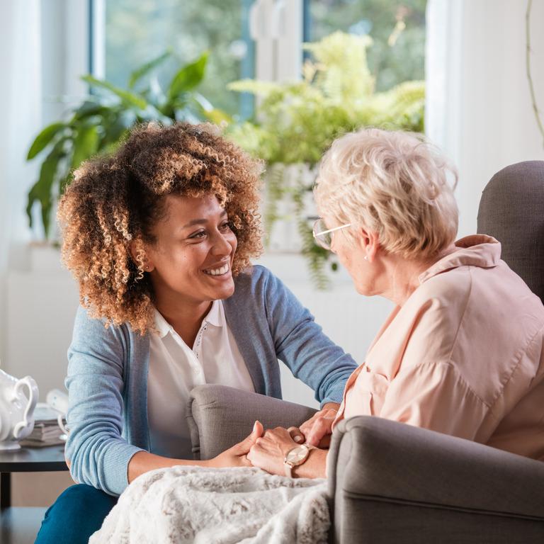 jüngere und ältere Frau unterhalten sich