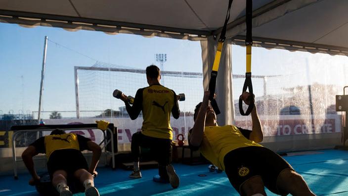 BVB-Spieler trainieren an unterschiedlichen Geräten im Fitnessstudio