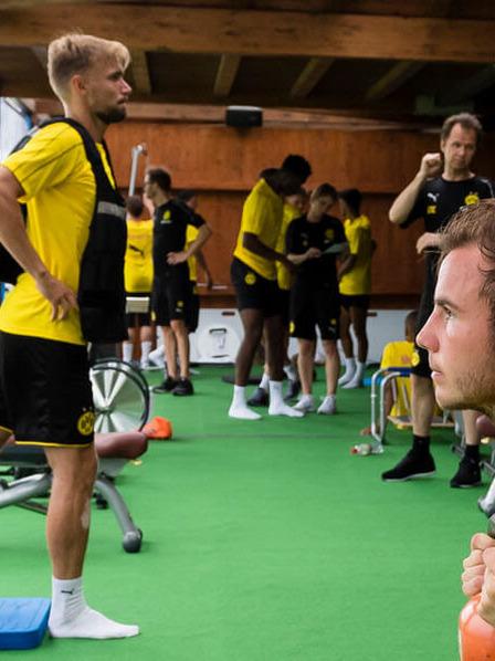 BVB-Spieler trainieren im Fitnessstudio mit unterschiedlichen Sportgeräten