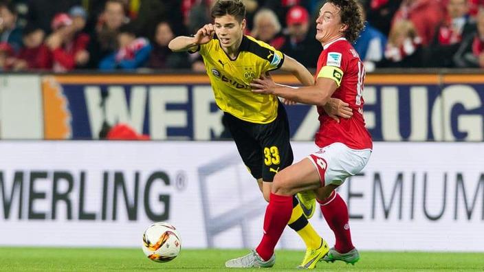 Zwei Fußballspieler, die im Spiel um den Ball kämpfen