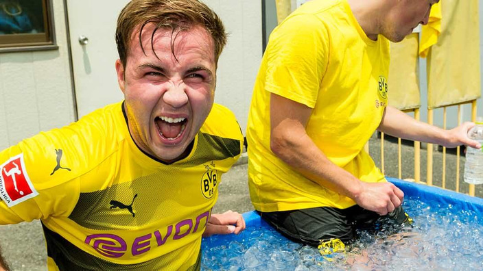BVB-Spieler Götze und Durm setzen sich in eine Wanne voll Eiswürfel