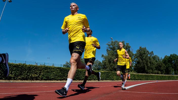 BVB-Spieler beim Lauftraining auf der Laufbahn
