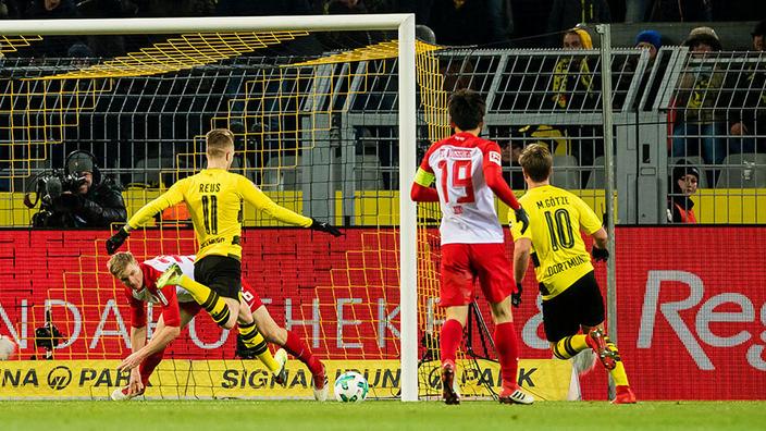 BVB-Spieler beim Angriffsspiel vor dem gegnerischen Tor