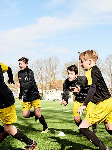 Junger Fußballnachwuchs beim Training in BVB-Kleidung