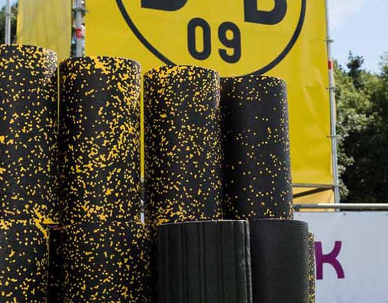 Blackrolls aufeinandergestapelt vor einer BVB-Fahne