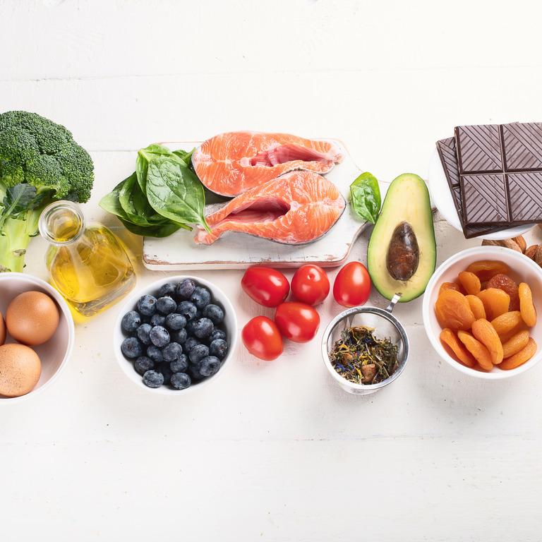 Brokkoli, Eier, Olivenöl, Blaubeeren, Lachs, Tomaten, Avocado, Aprikosen, Bitterschokolade, Mandeln