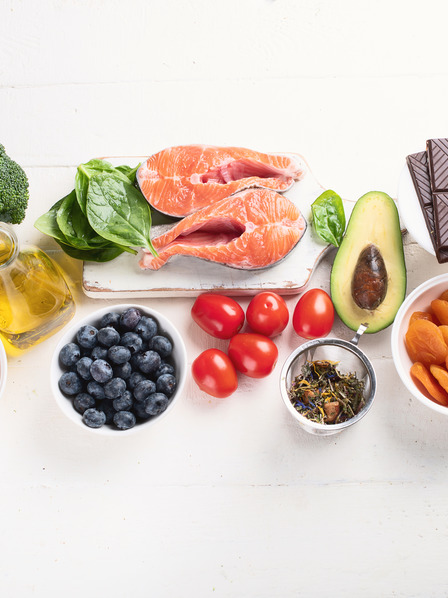 Brokkoli, Eier, Olivenöl, Blaubeeren, Lachs, Tomaten, Avocado, getrocknete Aprikosen, Zartbitterschokolade, Nüsse und Mandeln