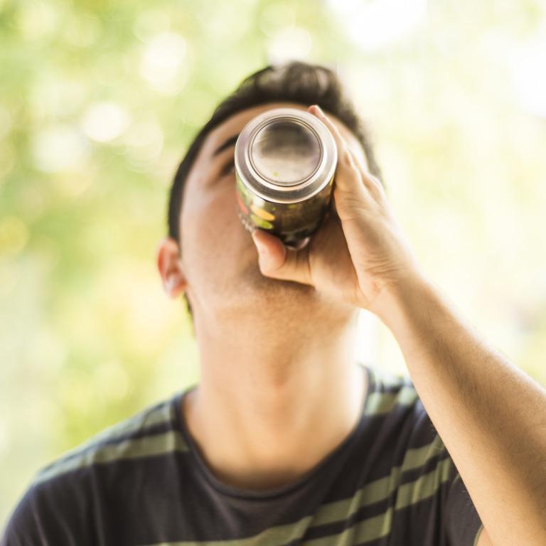 Teenager trinkt einen Energydrink