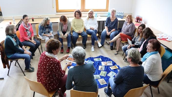 Teilnehmergruppe im Stuhlkreis