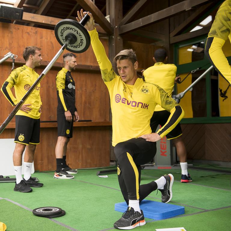 BVB-Spieler im Fitnessstudio trainiert mit Langhantel