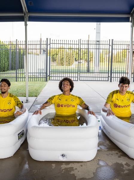 Drei BVB-Spieler sitzen im Eisbad