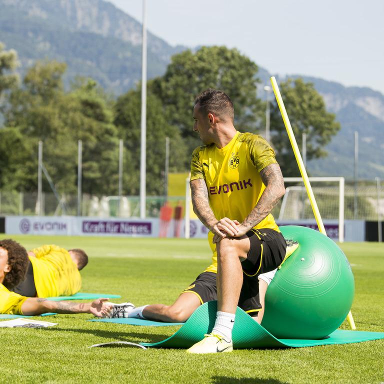 BVB-Spieler machen Sportübungen auf dem Rasen