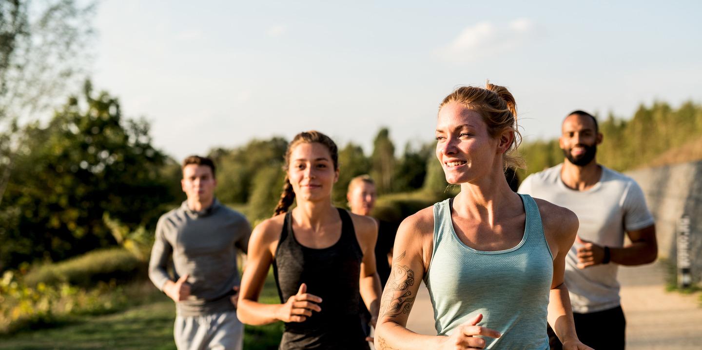Gruppe von Frauen und Männern beim Joggen
